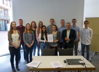 Die Studierenden stellten mit Projektleiter Prof. Dr. Henrique Ricardo Otten (3.v.r.) und Projektbetreuer André Gunsthövel (2.v.l.) ihre Untersuchung vor.