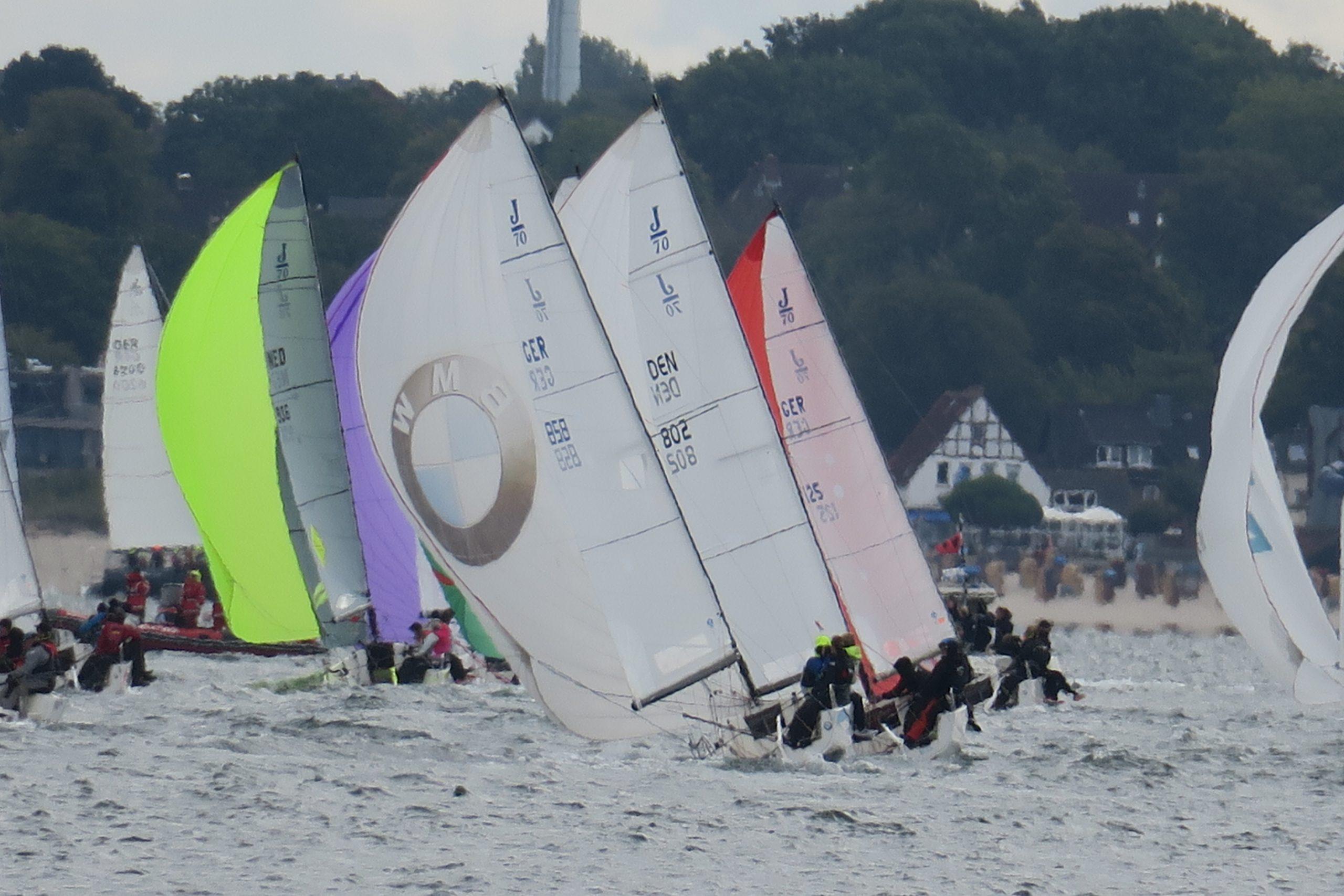 Das Team Tabea Mittmann (Steuerfrau), Crispin Bodenhausen, Aike Braje und Gerrit Balzer mit der J70 Rennyacht (Nr. 858) des SCM bei der KIELER WOCHE 2020 auf dem Halbwindkurs